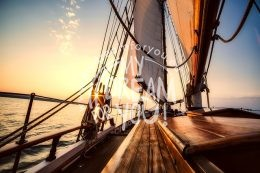 Segeln bei Sonnenuntergang in Thessaloniki